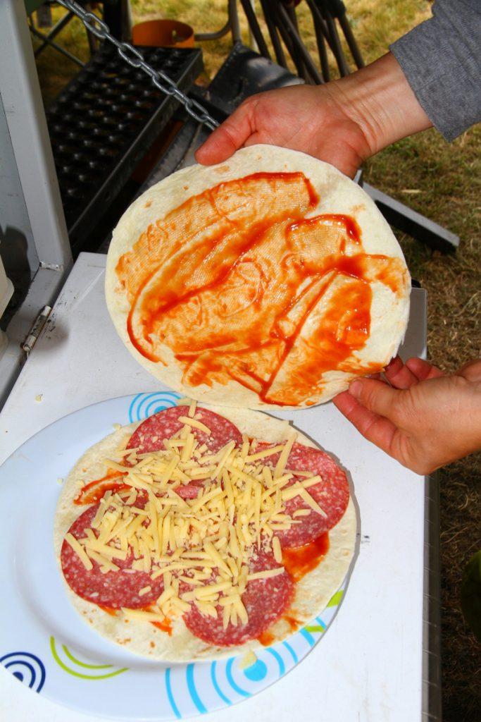 Camping tortilla pizza - layers