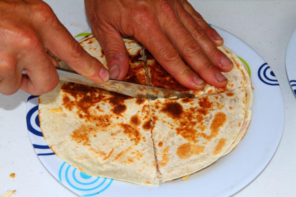 Camping tortillas - cutting